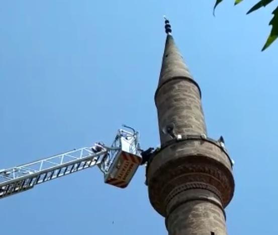 Cami minaresinde mahsur kalan adama itfaiyeden yardım eli