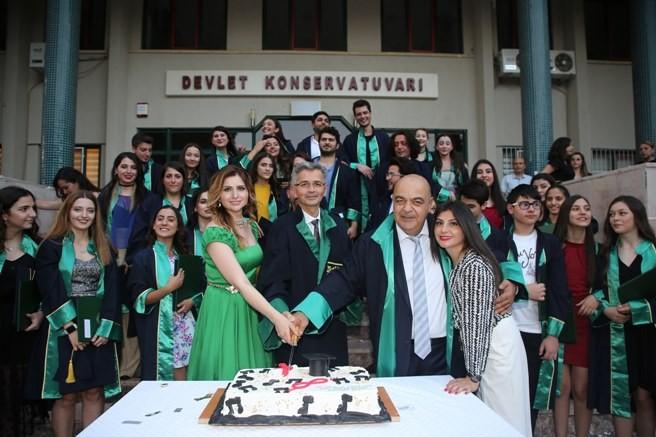 Çukurova Üniversitesi Devlet Konservatuvarı'nda Şenlik Havasında Mezuniyet Kutlaması