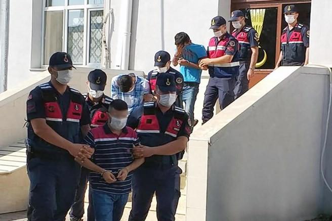 Karaisalının Dülüşlü mahallesinde 4 şüpheli dolandırıcı şahıs yakalandı