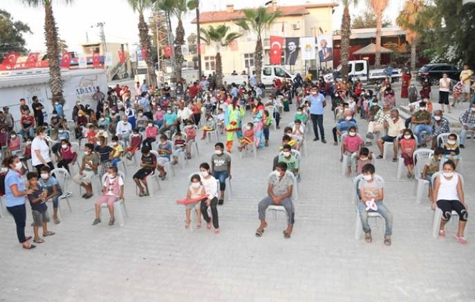 Köyümüze Derman projesi kapsamında Karataş Tuzla'da  çocuklara tiyatro, müzik, kukla ve sinema gösterimi