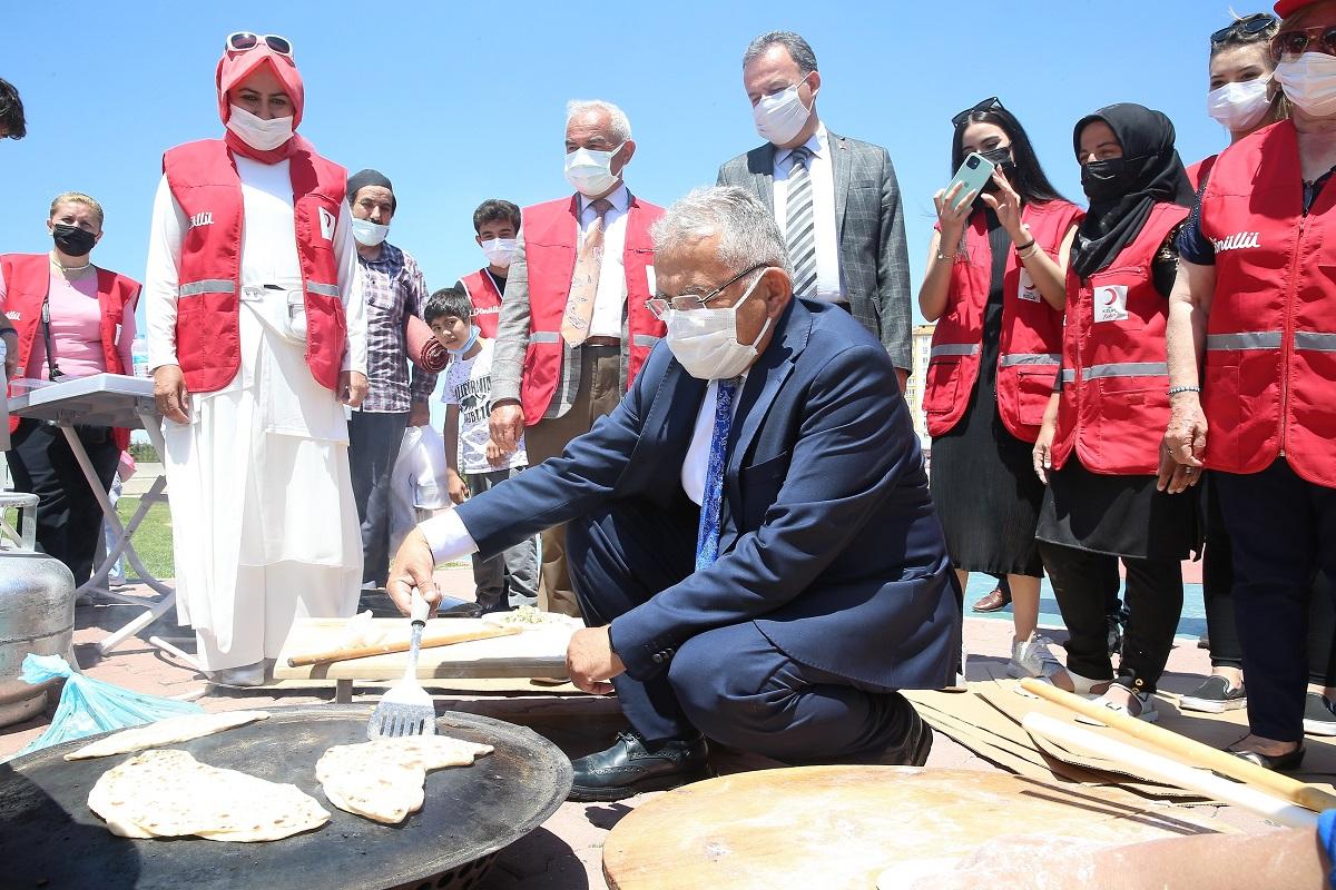 Memduh Büyükkılıç'tan Kızılay kermesi ziyareti