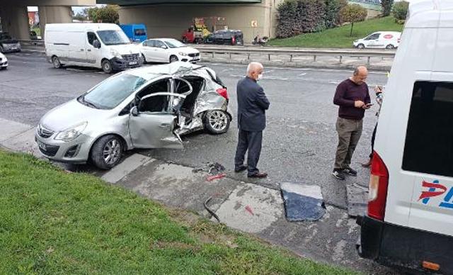 Sultangazi'de otomobil park halindeki servis minibüsüne çarptı