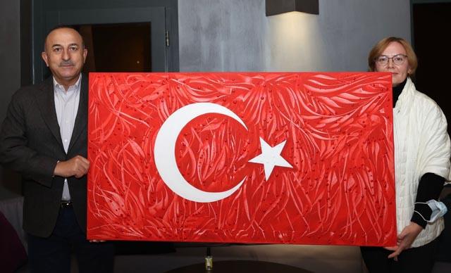 Ukraynalı ressamdan Bakan Çavuşoğlu'na resim hediyesi